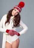 Mujer atractiva en casquillo de las lanas del invierno en fondo gris fotos de archivo libres de regalías
