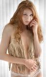 Mujer atractiva en chaleco de la franja Fotografía de archivo