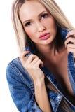 Mujer atractiva en chaqueta azul del dril de algodón fotos de archivo