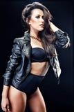 Mujer atractiva en chaqueta negra Fotos de archivo libres de regalías