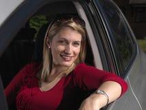 Mujer atractiva en coche Imagen de archivo