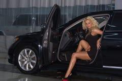 Mujer atractiva en coche Foto de archivo