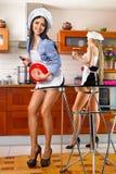 Mujer atractiva en cocina Foto de archivo