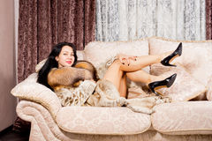 Mujer atractiva en abrigo de pieles y tacones altos Foto de archivo libre de regalías