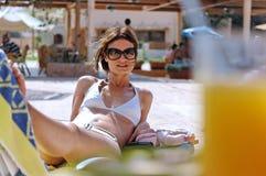 Mujer atractiva en el centro turístico Imagen de archivo