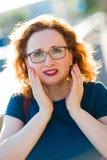 Mujer atractiva en el dolor súbito del diente de la sensación de la calle foto de archivo libre de regalías