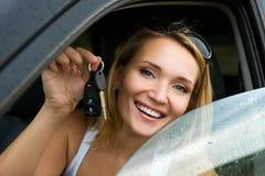 Mujer atractiva en el nuevo coche con claves Imagen de archivo libre de regalías