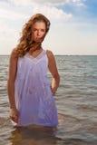 Mujer atractiva en el océano Fotos de archivo
