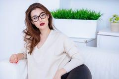 Mujer atractiva en el sofá fotografía de archivo
