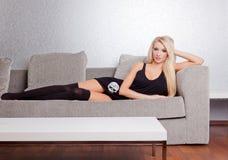 Mujer atractiva en el sofá Fotos de archivo