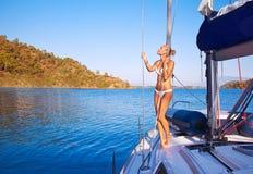 Mujer atractiva en el velero Fotos de archivo libres de regalías