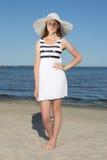 Mujer atractiva en el vestido blanco en la playa arenosa Imagenes de archivo
