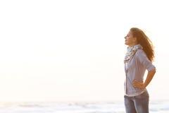 Mujer atractiva en fondo del mar de la puesta del sol Fotos de archivo