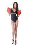 Mujer atractiva en gritos de los guantes de boxeo Fotografía de archivo libre de regalías