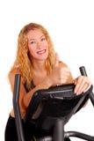 Mujer atractiva en la bici de ejercicio Foto de archivo