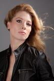 Mujer atractiva en la chaqueta de cuero Imagen de archivo libre de regalías