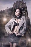 Mujer atractiva en la chaqueta de cuero y la falda Imágenes de archivo libres de regalías