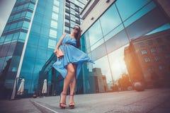 Mujer atractiva en la ciudad Fotografía de archivo libre de regalías