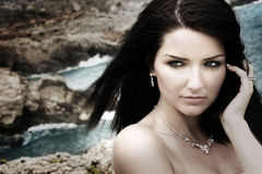 Mujer atractiva en la costa foto de archivo