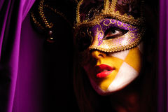 Mujer atractiva en la máscara violeta del partido Fotografía de archivo