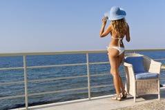 Mujer atractiva en la mirada blanca del bikiní en el mar Fotografía de archivo