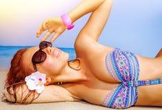 Mujer atractiva en la playa Imágenes de archivo libres de regalías