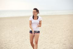 Mujer atractiva en la playa que se divierte Fotografía de archivo libre de regalías