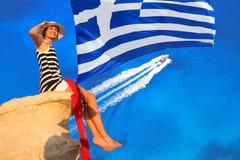 Mujer atractiva en la roca sobre el mar del azul Imagen de archivo libre de regalías