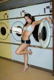 Mujer atractiva en lavandería Imagenes de archivo