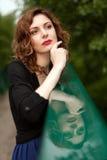 Mujer atractiva en naturaleza Fotos de archivo