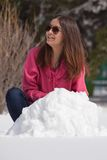 Mujer atractiva en nieve Imagenes de archivo