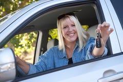 Mujer atractiva en nuevo coche con claves Imagen de archivo libre de regalías