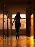 Mujer atractiva en pasillo Fotos de archivo