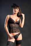 Mujer atractiva en ropa interior negra Imagenes de archivo