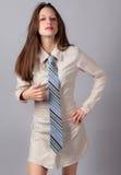 Mujer atractiva en Shirt-dress y lazo Fotografía de archivo