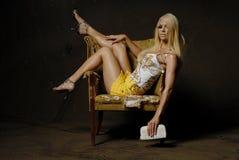 Mujer atractiva en silla Foto de archivo libre de regalías