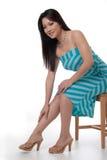 Mujer atractiva en silla foto de archivo