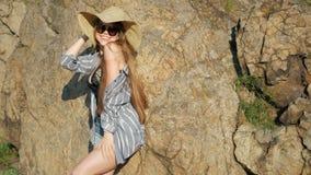 Mujer atractiva en sombrero almacen de metraje de vídeo
