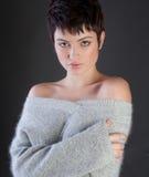 Mujer atractiva en suéter acogedor Foto de archivo libre de regalías