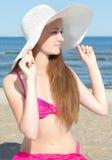 Mujer atractiva en traje de baño rosado en la playa Imagen de archivo libre de regalías