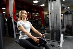 Mujer atractiva en un gimnasio que se resuelve activamente fotos de archivo