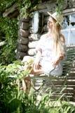 Mujer atractiva en un jardín verde imagen de archivo