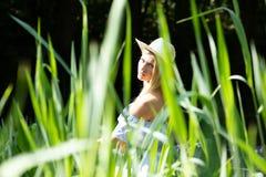 Mujer atractiva en un jardín verde imagen de archivo libre de regalías