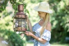 Mujer atractiva en un jardín verde foto de archivo libre de regalías