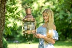 Mujer atractiva en un jardín verde fotografía de archivo