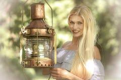 Mujer atractiva en un jardín verde foto de archivo