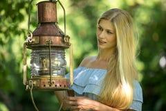 Mujer atractiva en un jardín verde fotografía de archivo libre de regalías