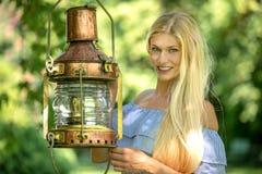 Mujer atractiva en un jardín verde imagenes de archivo