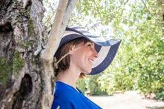 Mujer atractiva en un sunhat brimmed ancho imagen de archivo libre de regalías