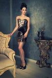 Mujer atractiva en un vestido brillante Fotografía de archivo